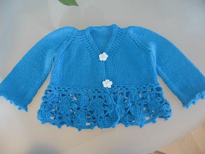 casaco de bébé em tricot e crochet