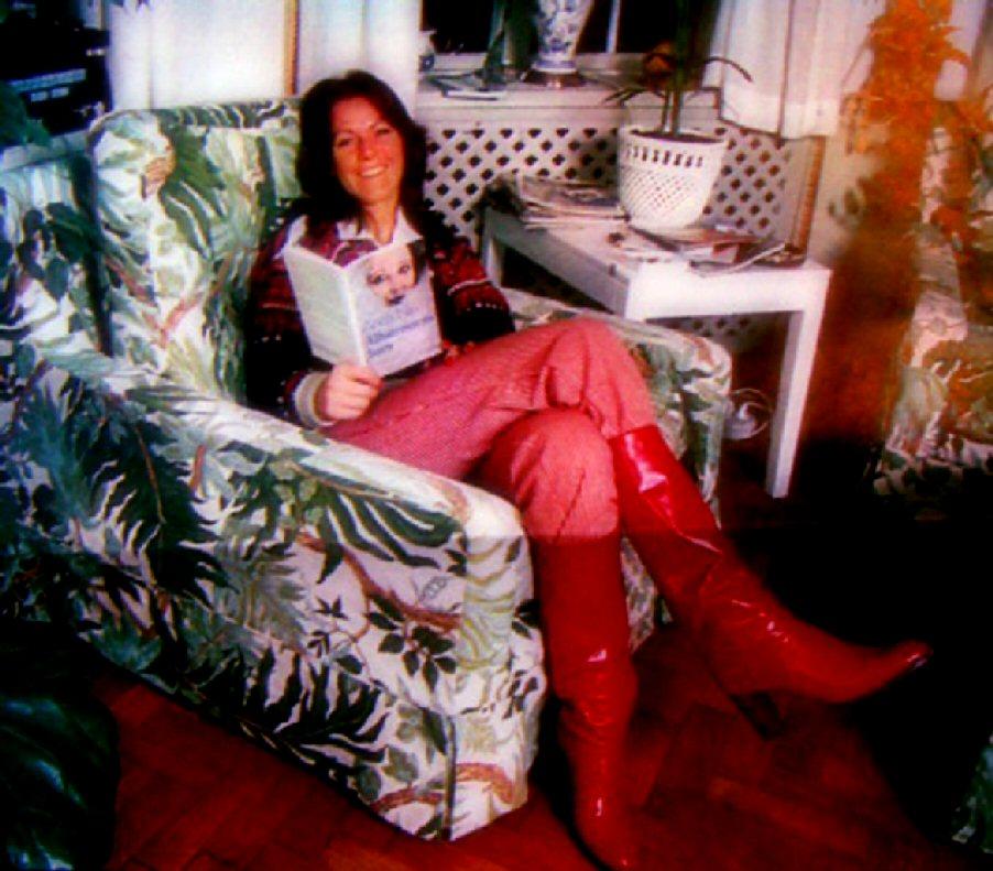 [Frida+reading+in+1977.jpg]