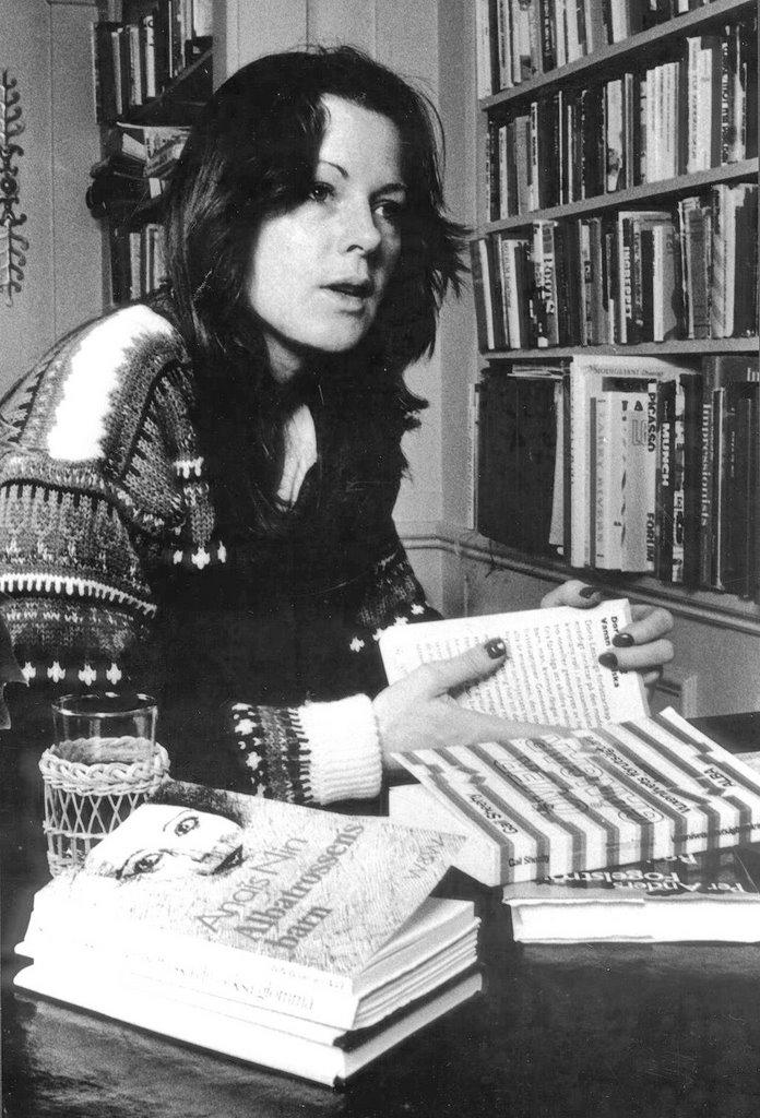 [Frida+and+her+books.jpg]