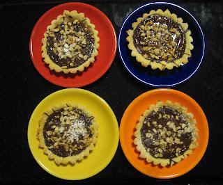 Crostatine al cioccolato fondente e granella di nocciole