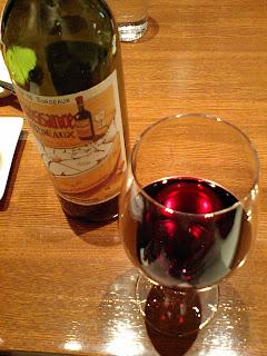 PARIS ORANGE(パリ・オランジュ)の赤ワインとワイングラス