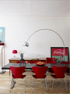 Fotosdeinteriores comedor con sillas rojas y cocacola for Sillas de cocina rojas