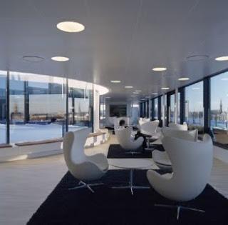 Silla Egg de Arne Jacobsen espacio publico
