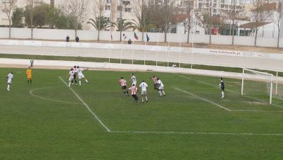 Luta pela posse da bola entre Hernâni, Barão e um jogador louletano nas alturas