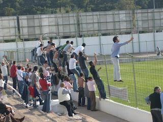 Norberto festeja efusicamente com os South Side o golo que abriu o caminho da vitória