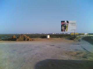 Cartaz a indicar a execução da obra. Ao lado, algumas movimentações de terras indiciam  a realização da mesma.