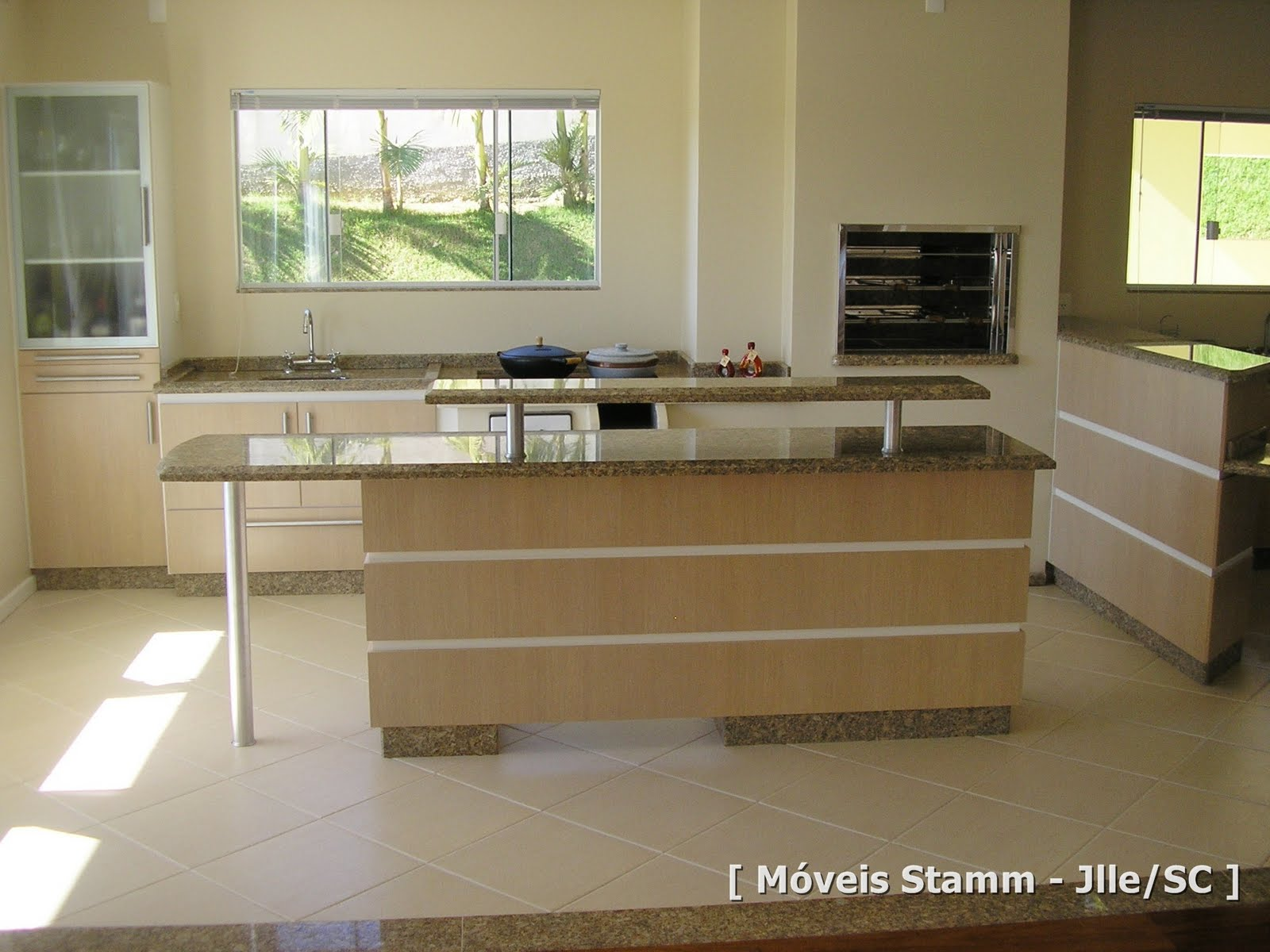 projeto e execução de cozinha com churrasqueira em branco e carvalho  #5F4D30 1600 1200