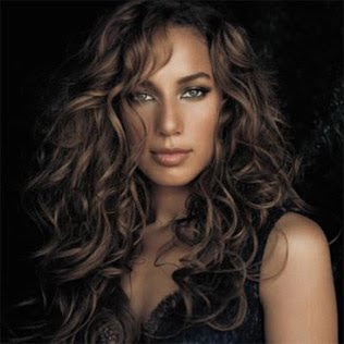 Leona Lewis  interpreta
