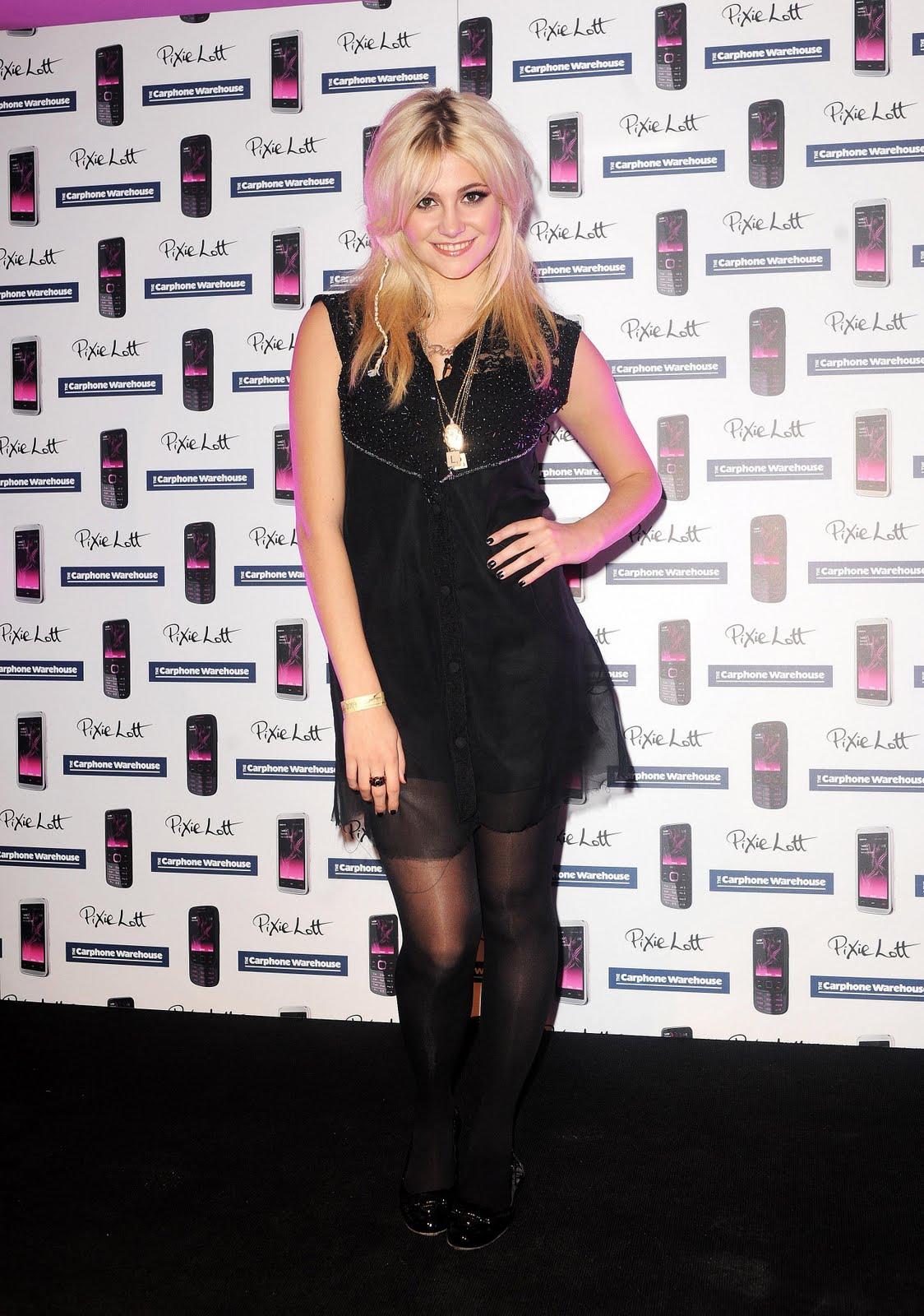 http://3.bp.blogspot.com/_HQ0LpNp5LCE/THLM2VvVpyI/AAAAAAAAB8I/l7rKMzCsa4A/s1600/48435_celebrity-paradise.com_Pixie_Lott_Oxford_street_017_123_478lo.jpg