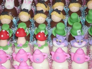 doce trufa decorada alice gatinho chaleira chapeu coelhinha cogumelo