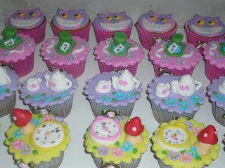 doce cupcake decorado alice no pais das maravilhas