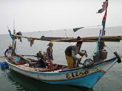 Nelayan merapat di senja hari