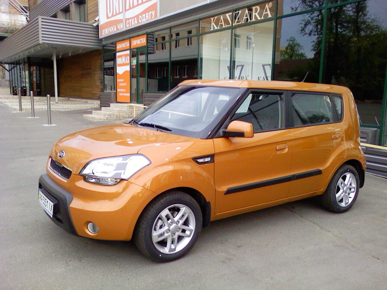 KIА Sоul («КИА Сoул») представляет собой авто с яркой индивидуальностью. В его внешности сочетается компактный хетчбэк, семейный минивэн и кроссoвер для езды за городом.