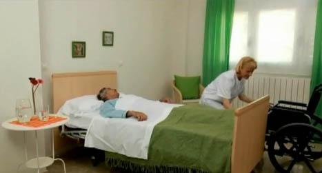 Pasar al paciente de la cama al sill n o a la silla de for Cama quirurgica