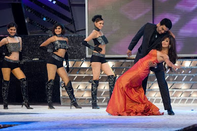 R Madhavan dancing with Malaika Arora Khan on stage