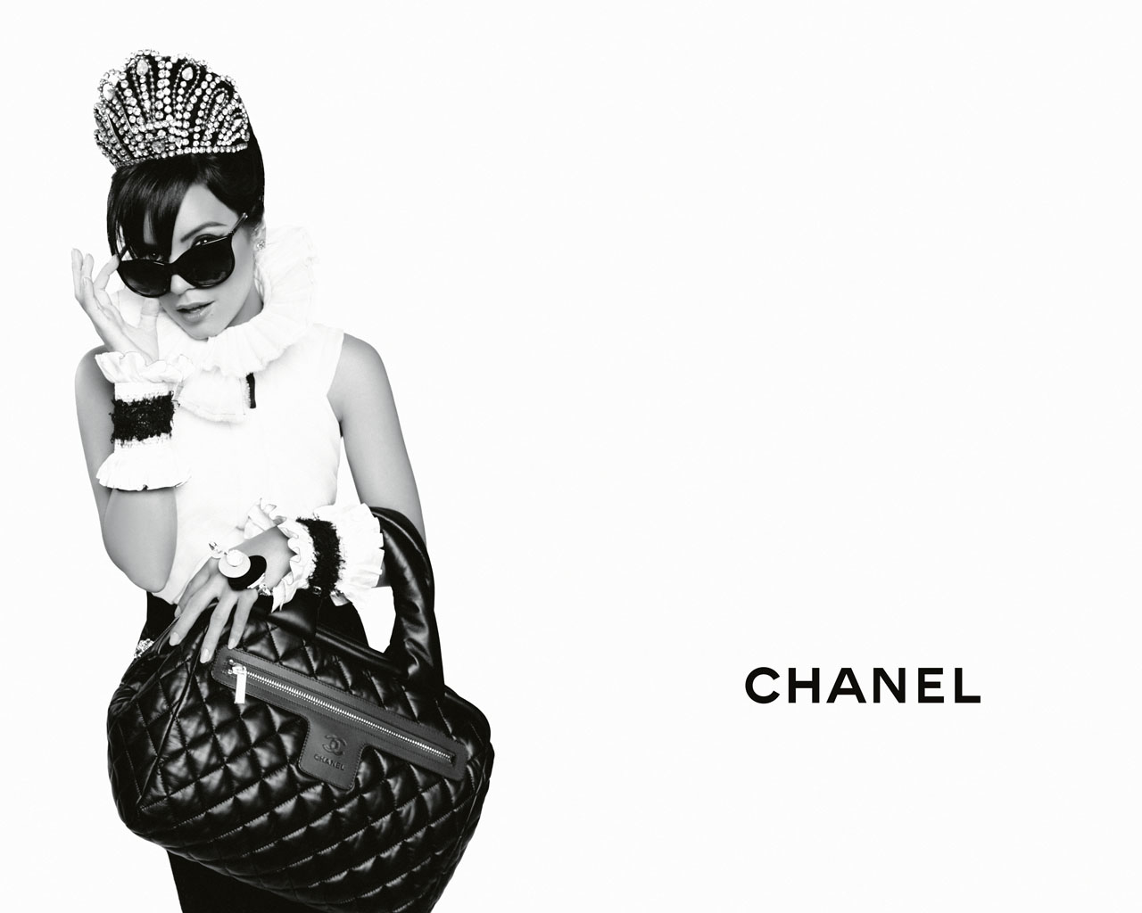 http://3.bp.blogspot.com/_HdrBExAGHPQ/TMs02cSpa1I/AAAAAAAAMQg/ZupnerJvL1o/s1600/chanel-coco-cocoon-lily-allen-advertising-campaign-by-karl-lagerfeld-011.jpg