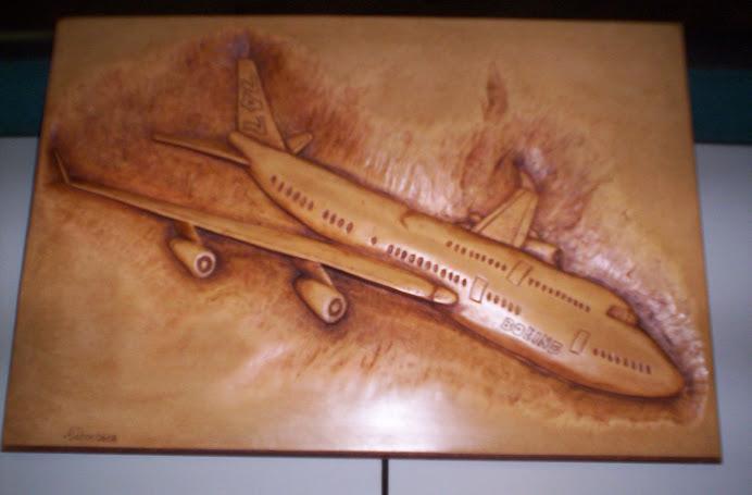 Boing 747 tallado en madera