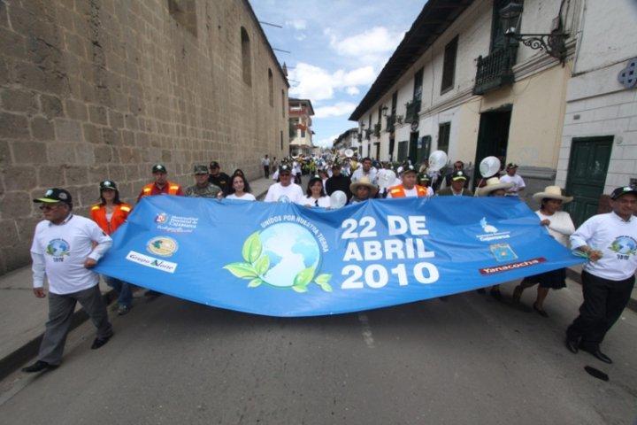 pobladores, provistos de carteles con mensajes alusivos al cuidado del