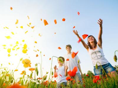 Φωτογραφία επί του θέματος: Παιδιά και νεαροί πετούν ροδοπέταλα στον άνεμο
