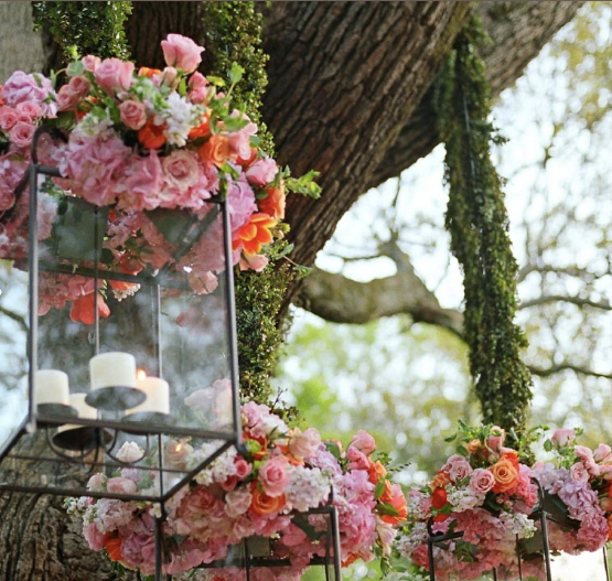 How cool is it that the bridesmaids carried these pretty lanterns
