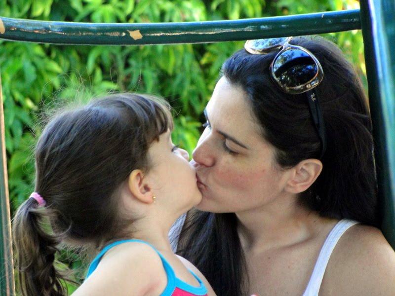 Mae e filha se beijando