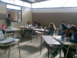 ...Y Fernanda, en un aula rodeada de docentes de Primer Ciclo de EP y del Nivel Inicial