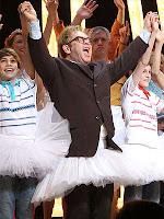 """O cantor Elton John na capa da revista """"Parade"""""""