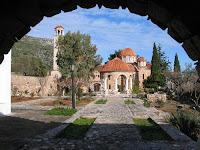 Intrarea in Manastirea Buneivestiri din Nea Makri, care adaposteste Moastele Sfantului Efrem cel Nou