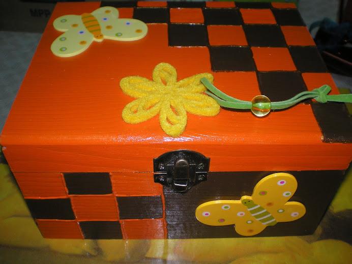 Caixa laranja/castanho