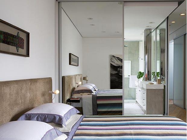 decoracao de interiores salas e quartos:DE CORRER QUE FECHA O BANHEIRO, COM A INSTALAÇÃO DE UM ESPELHO DE