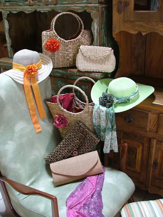 coleção de bolsas de palha e chapeus