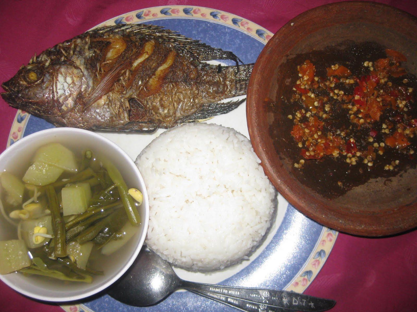 Kombinasi sayur asem,ikan goreng, n sambel cobek