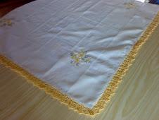 toalha bordada com pico em amarelo