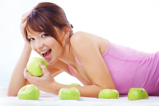 Chica sexy vive saludable comiendose una manzana