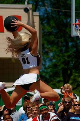 porrista basquetbol encestando una canasta