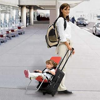 persona de viaje  con su equipaje y una niña con silla en la maleta rumbo a qatar