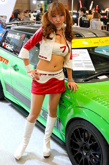 Edecanes Asiáticas en Gala de Autos