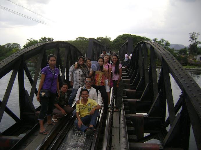 ครูสังคมและคณะครูที่สะพานข้ามแม่น้ำแคว (กาญจนบุรี)