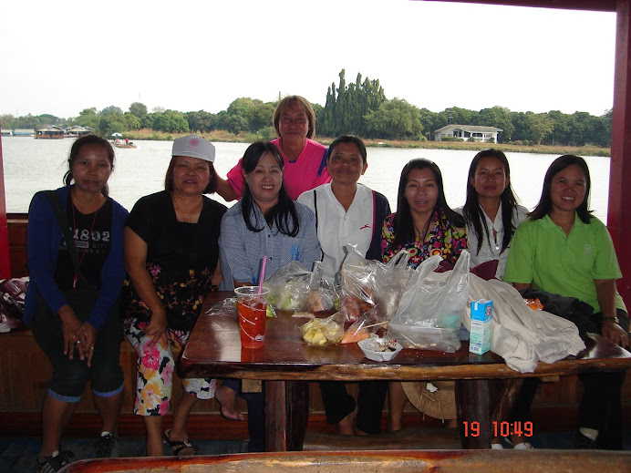 คณะครูไปดูงานที่กาญจนบุรี(ในภาพเป็นช่วงรับประทานอาหาร)