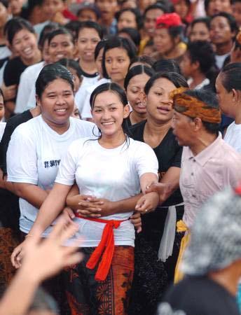 Foto Cewek Gadis Bali Omed Omedan