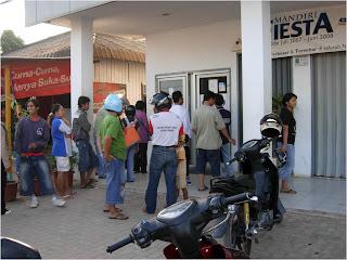 5 Orang Ngeselin Pas Antri di ATM
