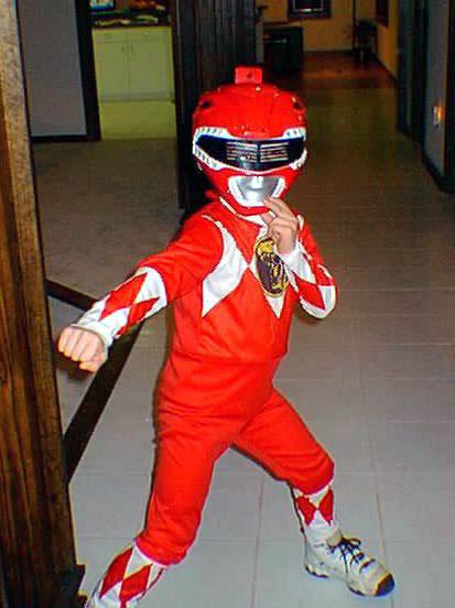 Se vistió con su traje de Power Ranger y corrio al ladron
