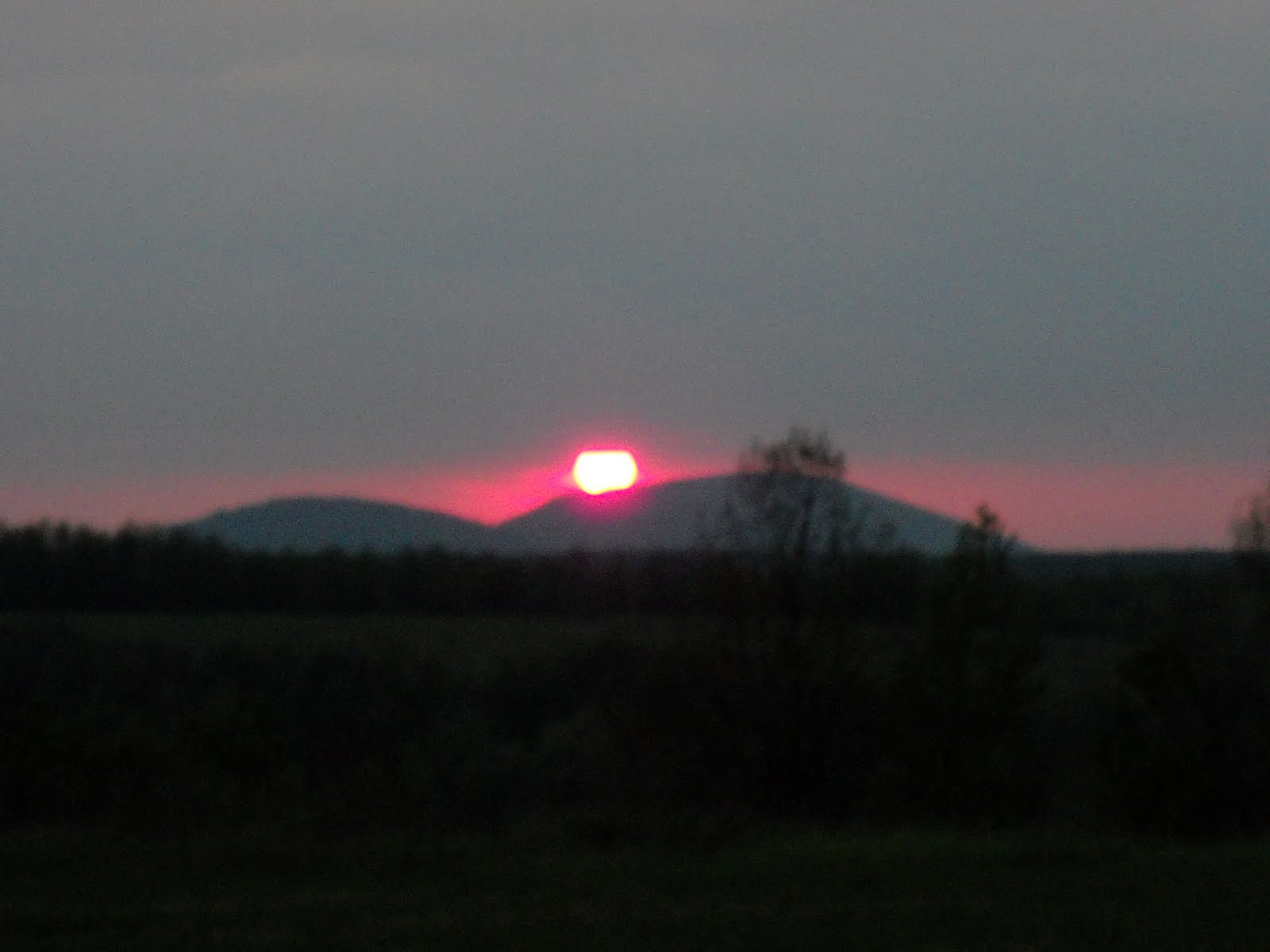 http://3.bp.blogspot.com/_ILnlQVHu15Q/S9bbdr7YmwI/AAAAAAAABNQ/EnaPHtabBzg/s1600/apus+de+soare+peste+Dealul+Mocrii.jpg