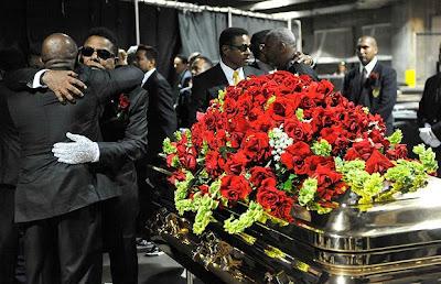 Compagnia di tour in elicottero dà l'opportunità di vedere Neverland dall'alto Randy+Jackson+and+Tito+Jackson+embrace+by+the+side+of+brother+Michael%27s+coffin