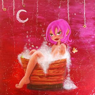 une princesse une fée nue dans un bain rempli de mousse dans une bassine en bois qui a un pied qui sort de l'eau a les cheveux rose. elle est sensuelle avec de grands yeux, cette peinture cette illustration est réalisée par laure phelipon, il y a un pa