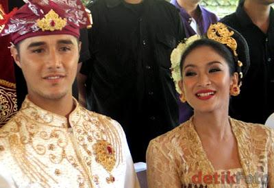 Foto Pernikahan Happy Salma