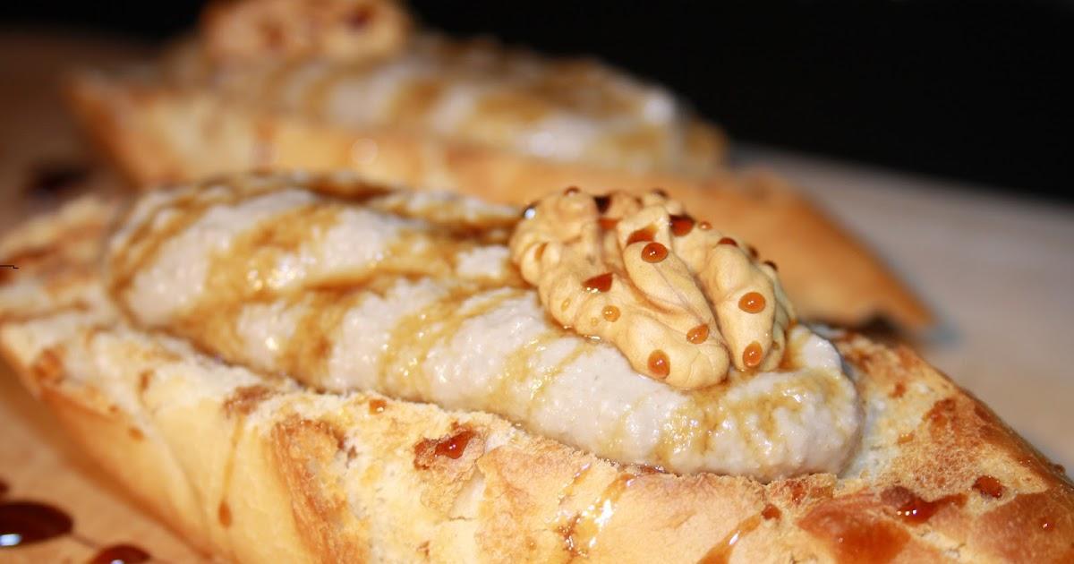 Cucharita de palo tosta de queso azul manzana y nueces con miel