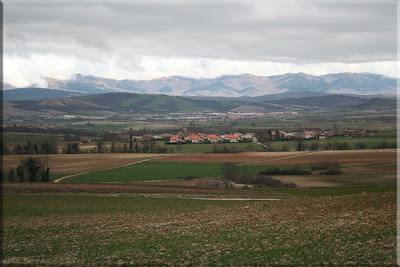 Ixona, Dulantzi y al fondo las Sierras de Elgea y Urkilla