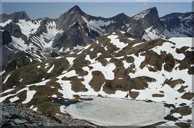 Acherito y Petrechema desde la cima, abajo el Ibón de Acherito