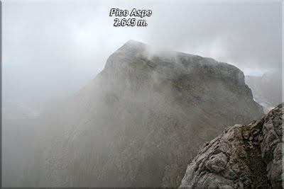 Pico Aspe asomando entre la niebla